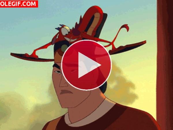 GIF: Li Shang y Mushu (Mulan)